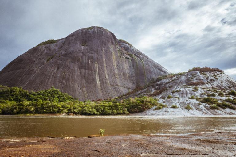 Los Cerros de Mavecure están ubicados a 50 km al sur de la ciudad de Inírida, sobre el río Inírida. Foto: Simón de Man - WWF Colombia.