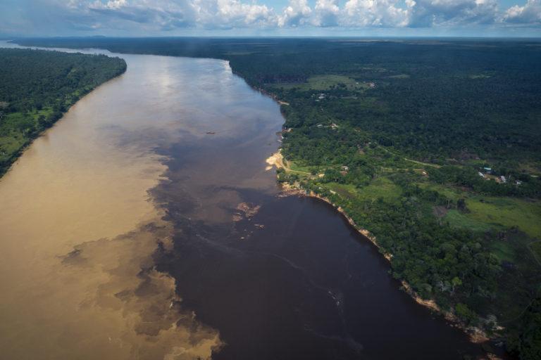 En la Estrella Fluvial de Inírida se combinan ríos de aguas blancas, claras y negras. Foto: Simón de Man - WWF Colombia.