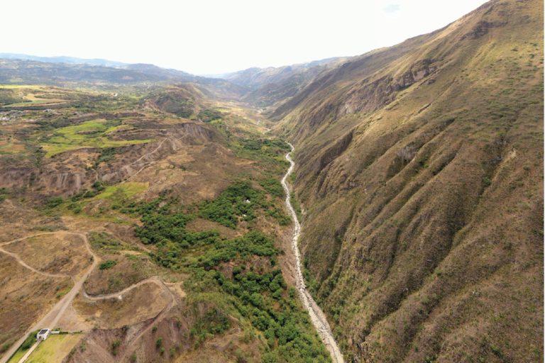 Vista panorámica de la cuenca del río Jubones en el sur de Ecuador. Foto: Santiago Ron.