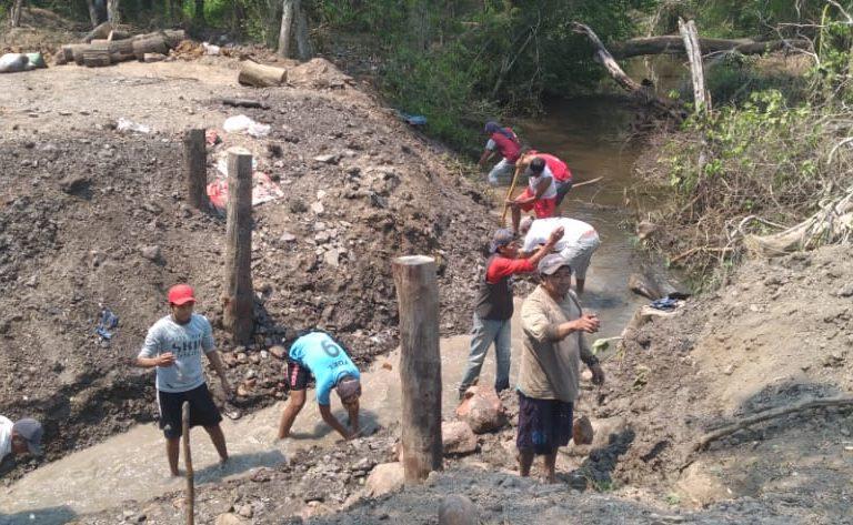 Un pequeño canal dejaba salir poca agua río abajo. La demás era usada para calmar la sed del ganado. Foto: TCO Turubó Este.