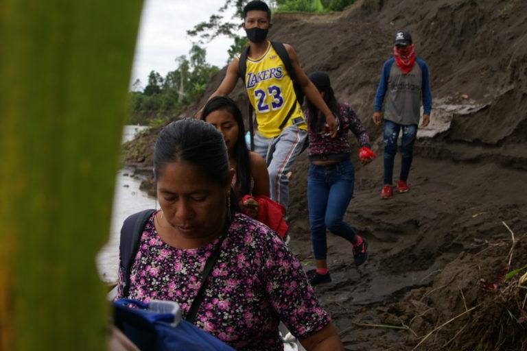 La erosión de algunos ríos de la Amazonía ecuatoriana ha provocado grandes deslizamientos de tierra en los territorios de indígenas kichwa. Foto: Diego Cazar Baquero.