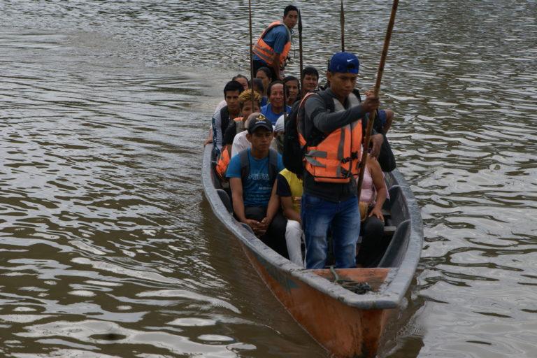 Wilson Salazar transportó a cerca de 30 personas en canoa para que participaran de las protestas por un año del derrame en la ciudad de Francisco de Orellana. Foto: Diego Cazar Baquero.