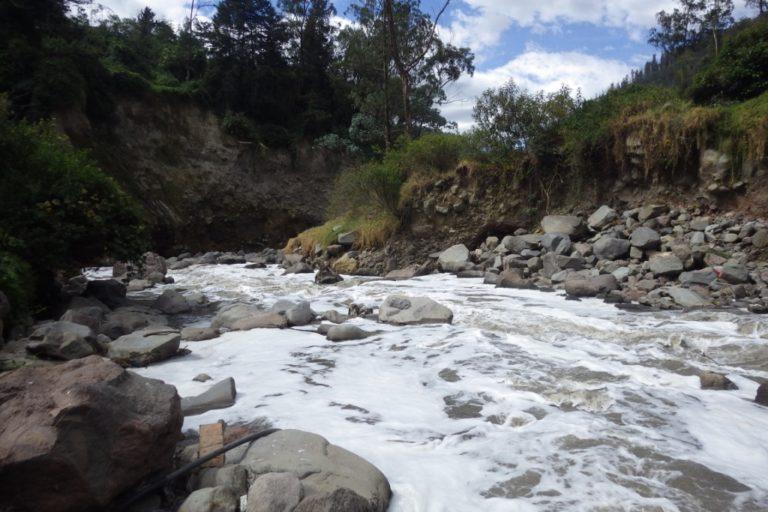 Los investigadores han encontrado alta presencia de microplásticos incluso en ríos limpios de Ecuador. Foto: Blanca Ríos-Touma.