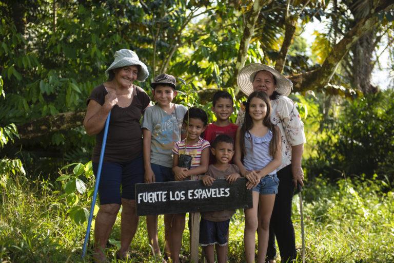 Doña Celedonia Téllez (con sombrero) con su hija y nietos. Foto: Nina Cordero.