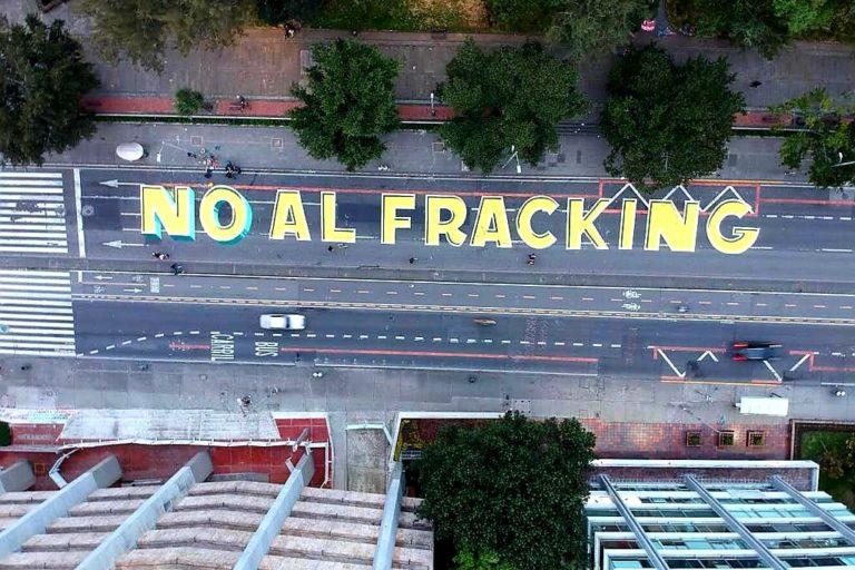 Este fue uno de los mensajes que se pintaron en la tradicional carrera séptima de Bogotá en el Día del Medio Ambiente. Foto: Alianza Colombia Libre de Fracking.