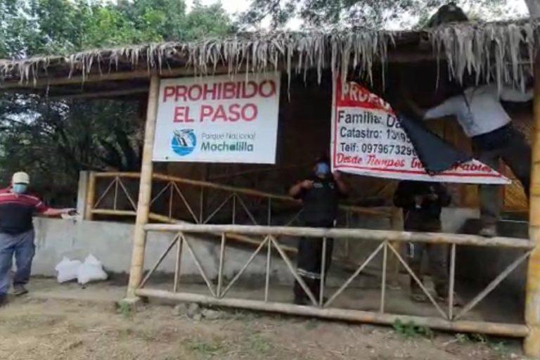 El Ministerio del Ambiente y Agua de Ecuador quita los letreros de venta puestos por invasores en el parque Machalilla. Foto: MAAE.