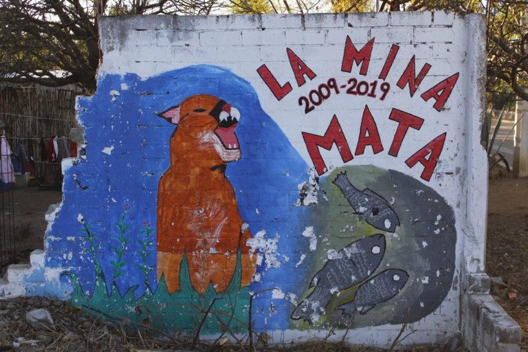 Los habitantes de Magdalena Ocotlán manifiestan su rechazo a la mina con murales en sus paredes. Foto: Roxana Romero.