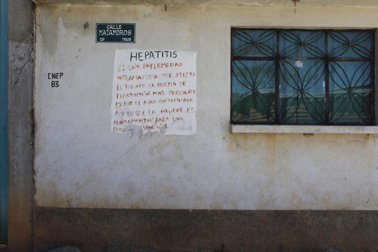 En las calles de Magdalena aún queda la huella de los casos de hepatitis de 2019. En la fachada de una casa se lee información sobre esta enfermedad. Foto: Roxana Romero.