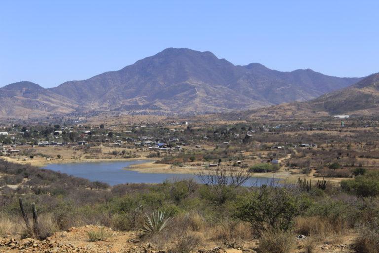 El nivel de agua de la presa El Bayito comenzó a bajar desde que llegó la minera. Foto: Roxana Romero.