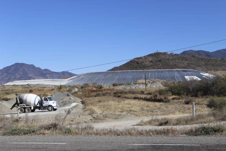 La presa de jales puede verse desde la carretera de Magdalena Ocotlán. Foto: Roxana Romero.