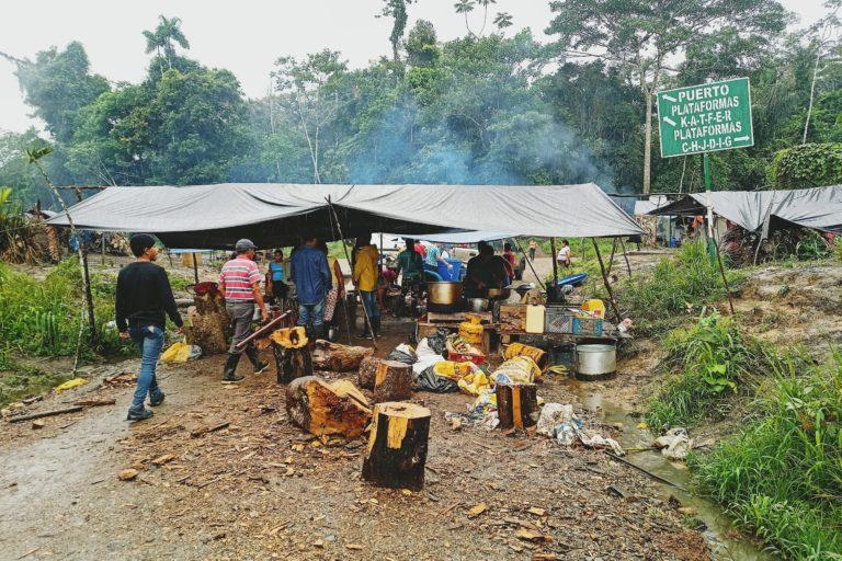 El cruce de caminos donde la comuna kichwa El Edén protesta desde el 10 de mayo es un punto que conecta 12 plataformas de actividad hidrocarburífera de la petrolera estatal Petroecuador. Foto: Diego Cazar Baquero.