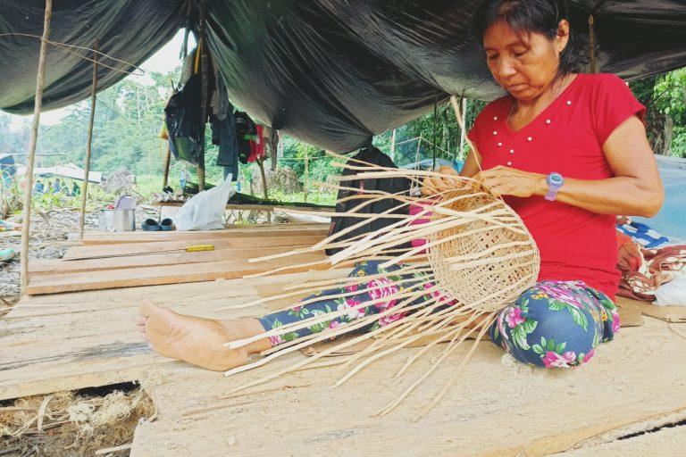 Durante el paro, las mujeres de El Edén tejen artesanías para la venta o preparan la comida. Foto: Diego Cazar Baquero.