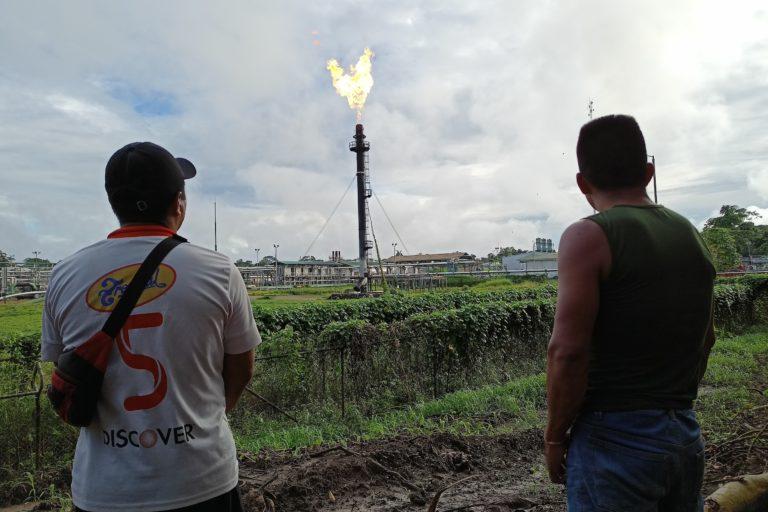 Aunque la justicia ecuatoriana, en febrero de 2021, ordenó apagar todos los mecheros que queman gas en la Amazonía, esta foto en El Edén muestra que no se ha acatado la decisión. Foto: Diego Cazar Baquero.