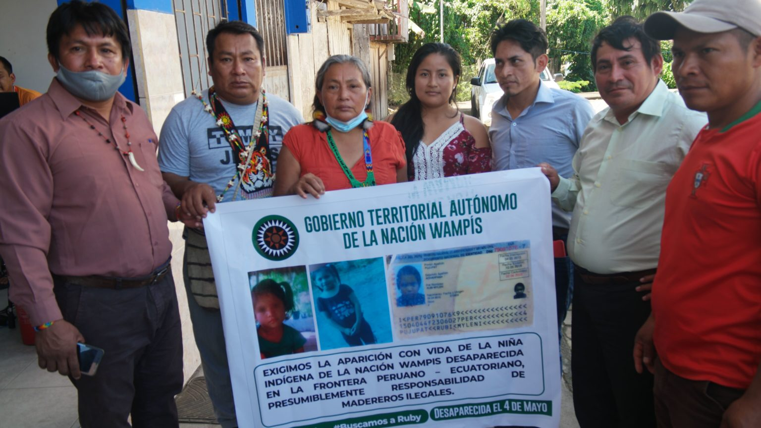 A group of from the Peruvian Wampis Indigenous group met with local and Indigenous authorities from Ecuador to discuss the disappearance of 6-year-old Rubí Pujupat Achampash. Image courtesy of Lluvia comunicación/GTANW/PSHA.