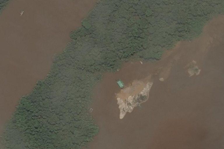 Balsa minera en el río Caquetá y montículo de arena que deja la extracción. Cortesía: MAXAR.