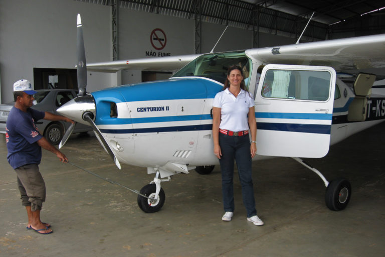 Luciana Gatti y sus colegas utilizaron esta pequeña aeronave para medir el carbono y otros gases atmosféricos en cuatro ubicaciones sobre la Amazonía. Imagen cortesía de Luciana Gatti.
