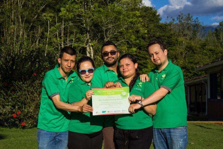 Integrantes de Yarumo Blanco reciben por cuarta vez la certificación del Santuario de Fauna y Flora de Otún Quimbaya como uno de los Top 100 Green Destinations. Foto: cortesía Yarumo Blanco.