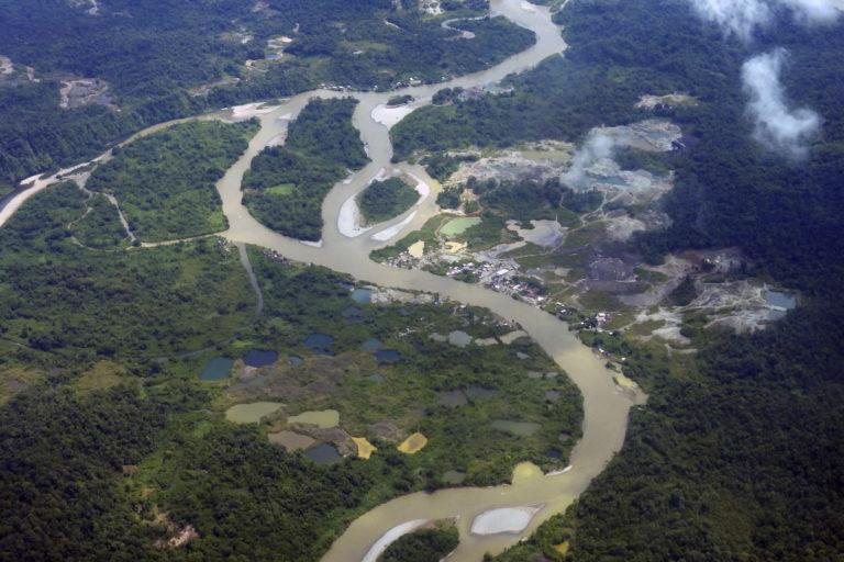 Explotación de oro de aluvión en tierra, López de Micay (Cauca)
