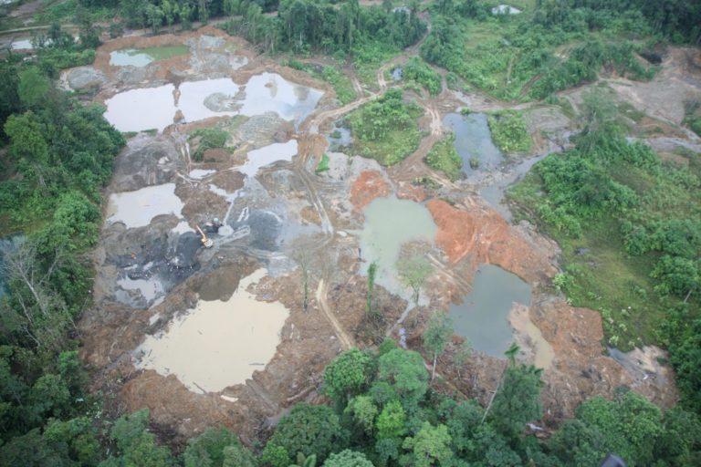 Daños por operaciones mineras. Santiago-Cayapas. Drenaje del río, provincia de Esmeraldas, noroeste de Ecuador. Foto: cortesía Windsor Aguirre.