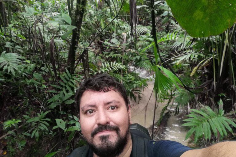 Muchas especies de anfibios están asociadas a fuentes de agua. Mauricio Ortega en una salida de campo. Foto: archivo personal.