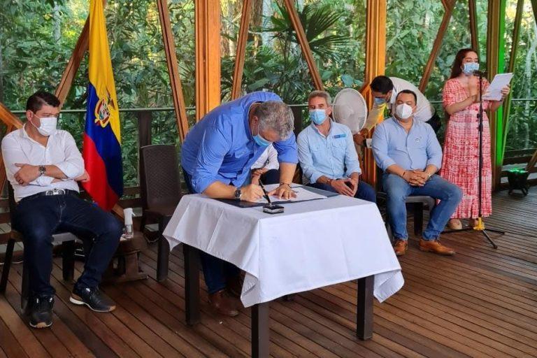 El presidente Iván Duque firma la nueva Ley de Delitos Ambientales. Leticia, Amazonas, Colombia. Agosto 4 2021. Foto: Ministerio de Ambiente de Colombia.