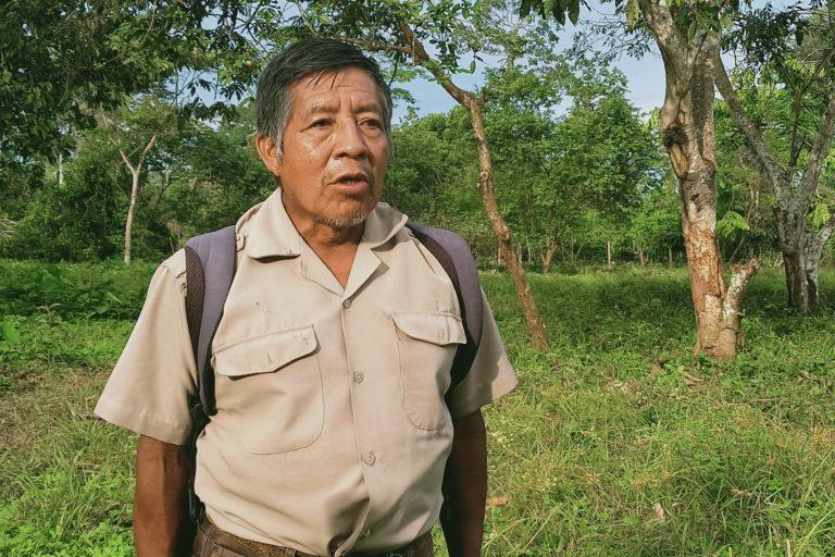 Elías Piyahuaje, presidente de la nación Siekopai, muestra una parte de las tierras que han sido invadidas. Foto: Diego Cazar Baquero.