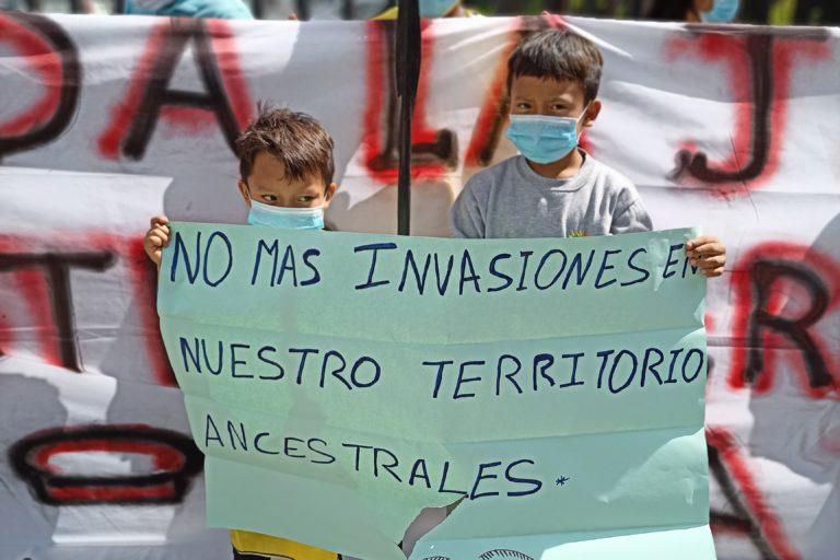 Junior y Alexis Piaguaje, de 8 y 11 años, respectivamente, acompañaron a su padre, Danes Piaguaje, a la marcha de protesta en Quito. Foto: Diego Cazar Baquero.