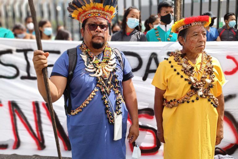 A la izquierda, Justino Piaguaje, director de Territorios y expresidente de la nación Siekopai. A la derecha, Elías Piyahuaje, actual presidente de la nacionalidad. Foto: Diego Cazar Baquero.