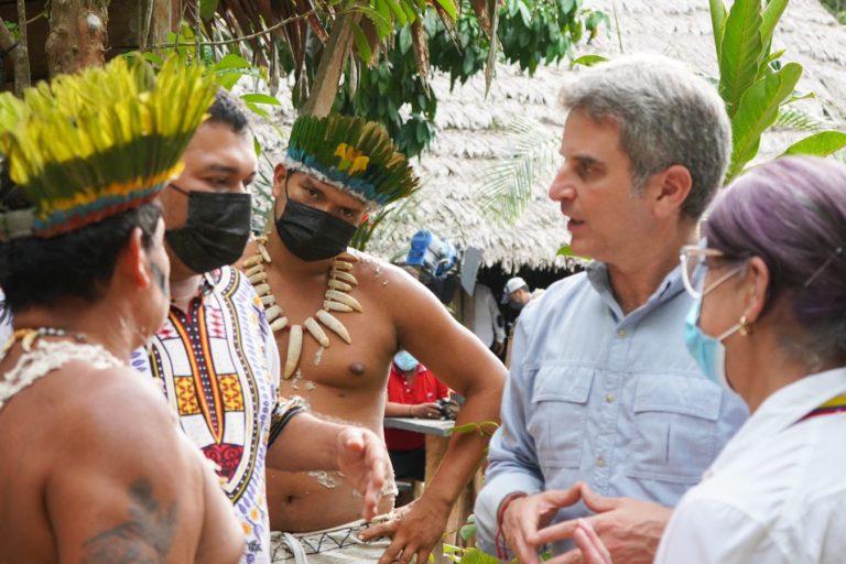 El ministro de Ambiente Carlos Eduardo Correa conversa con indígenas de la comunidad Yusi Monilla Amena. Foto: Ministerio de Ambiente de Colombia.