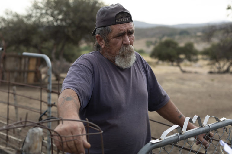 José Enrique Cuero Botello, tío de Norma Adams y uno de los familiares más cercanos de Oscar Eyraud Adams, activista indígena de Baja California, México que fue asesinado. Foto: Felipe Luna / Global Witness.