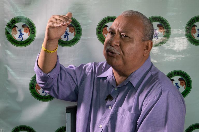 Ismael Moreno, quien trabaja en el Equipo de Reflexión, Investigación y Comunicación de ERIC y Radio Progreso, que forman parte de la Compañía de Jesús en Honduras. Ismael aparece en la foto dando una entrevista a periodistas en Guapinol, una aldea ubicada en el valle del Bajo Aguán, en el norte de Honduras, el 4 de julio de 2021. Foto: Global Witness / María Aguilar / Iolany Pérez.