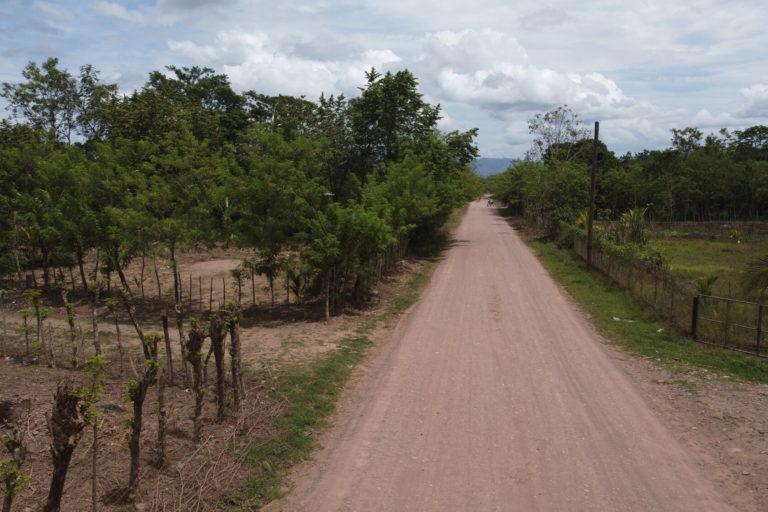 Una carretera en el pueblo de Guapinol, ubicado en el valle del Bajo Aguán en el norte de Honduras, el 4 de julio de 2021. Foto: Global Witness / María Aguilar / Iolany Pérez.