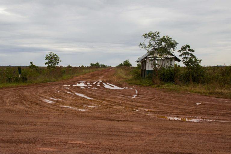 Desvío de ingreso hacia las plantaciones de palma de aceite de Agrícola El Encanto. Foto: Juan Carlos Contreras Medina.
