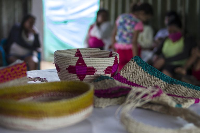 Artesanías realizadas por las tejedoras de la comunidad El Trompillo - Kuway. Foto: Juan Carlos Contreras Medina.