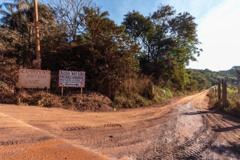 Uma estrada sem pavimentação é o acesso para a aldeia Naô Xohã, uma comunidade de famílias indígenas Pataxó e Pataxó Ha-ha-hãe. Imagem: cortesia de Luiz Guilherme Fernandes para Mongabay