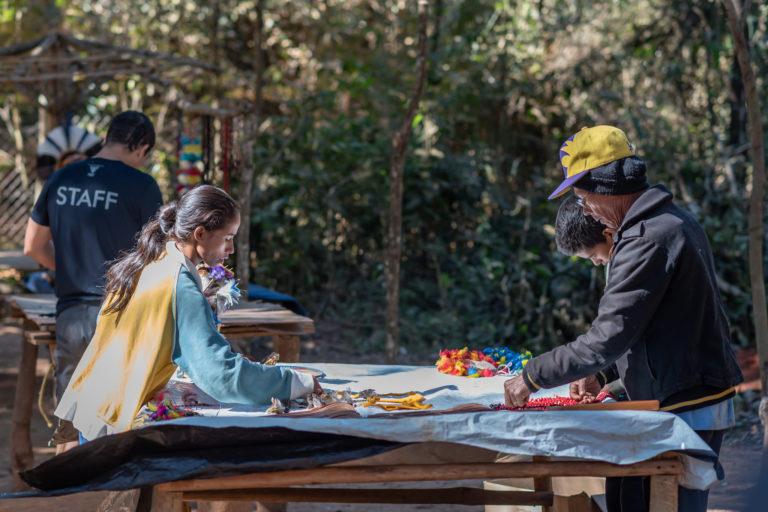 Indígenas vendem seu artesanato na aldeia Naô Xohã, no município de São Joaquim de Bicas, vizinho de Brumadinho, onde ocorreu o desastre. Imagem: cortesia de Luiz Guilherme Fernandes para Mongabay