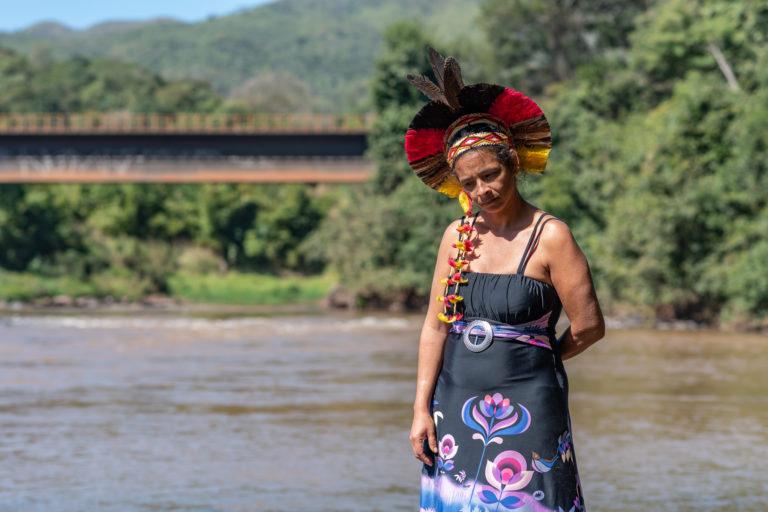 Angohó Ha-ha-hãe é pajé uma das líderes da aldeia Naô Xohã, que está solicitando à Vale sua realocação temporária devido à poluição do rio Paraopeba. Imagem: cortesia de Luiz Guilherme Fernandes para Mongabay