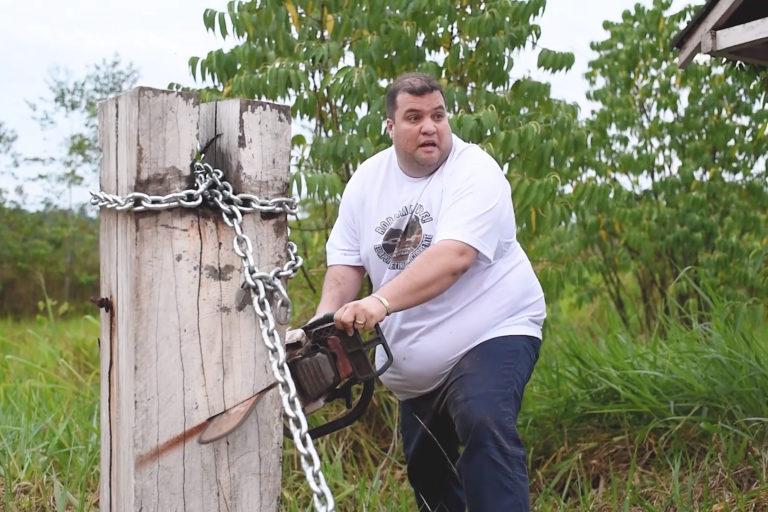 O deputado estadual Jeferson Alves usa uma serra elétrica para cortar uma corrente na Reserva Indígena Waimiri-Atroari | Imagem reproduzida do perfil do Facebook de Jeferson Alves/ Amazônia Real