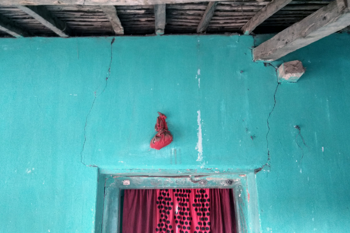 Cracks in homes as a result of blasting activity at nearby mines are a common feature in Korba. Photo credit: Mayank Aggarwal/Mongabay-India
