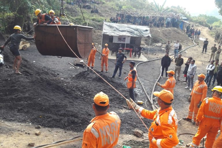 Efforts to retrieve the 15 trapped miners. Photo provided by EastMojo. 7411764870