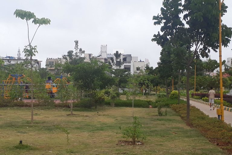 In highly urbanised areas, where large green zones are impossible to establish, urban developers should focus on setting up a high density of small parks. Photo by Manupriya.