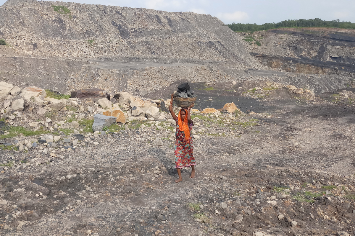 Coal pickers in Jharia scavenge for leftover coal and get exposed to toxic gases for several hours. Photo by Gurvinder Singh.