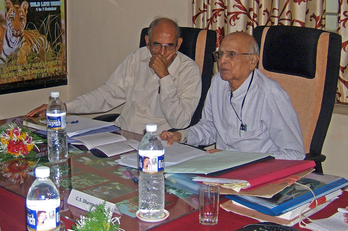 Justice C.S. Dharmadhikari (R) who headed the Dahanu Taluka Environment Protection Authority (DTEPA) with Madhav Gadgil (L) at one of the authority's meeting. Photo from DTEPA.