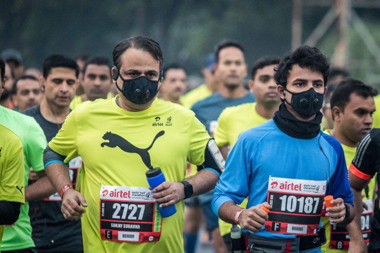 Marathon runners wearing masks to protect themselves from air pollution in Delhi last year. Photo by Joanna Pinneo. Photo by Vikas Choudhary/CSE.