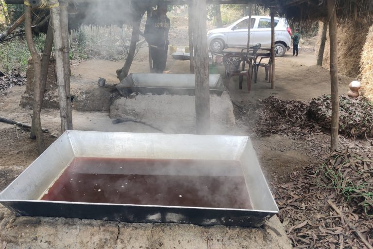 Boiling filtered sap in to make jaggery in a processing unit. Photo by Gurvinder Singh.