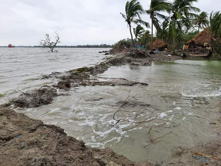 Water breaches an island in Sundarbans as a result of Cyclone Amphan. Photo by Prasenjit Mandal