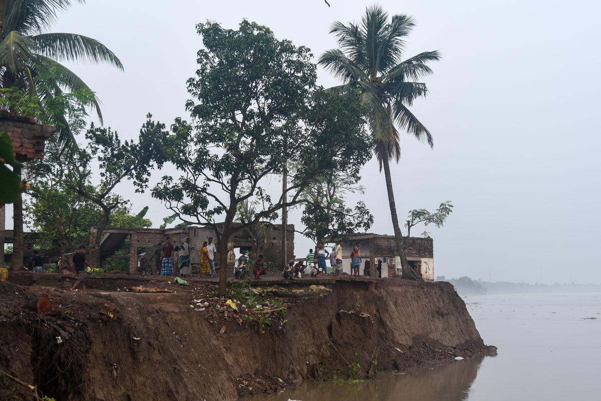 Riverbank erosion along the Ganga at Natun Shibpur village, Samserganj block, West Bengal, destroyed several houses, farmlands and trees. Photo by Tanmoy Bhaduri.