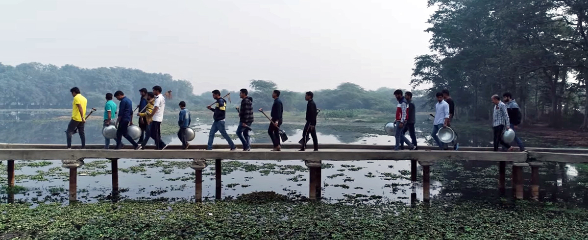 Ramveer Tanwar and volunteers on their way to clean Surajpur wetland, a biodiversity-rich habitat, amidst urban landscape in Gautam Budhha Nagar district. Photo from Ramveer Tanwar.