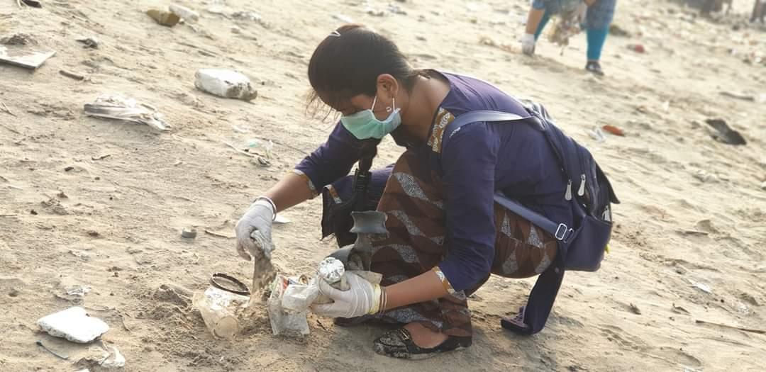 Alrededor de 10.000 máscaras, 1050 guantes y equipos de EPP desechados se encontraron en la playa de Juhu de Mumbai en una campaña de limpieza durante mayo y agosto.  Foto cortesía de Prasant Barik, Aahwahan Foundation