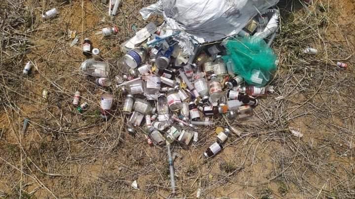 Se encontraron desechos médicos tirados en Pettaikulam cerca de la ciudad de Thisayanvilai, distrito de Tirunelveli, Tamil Nadu el 14 de agosto de este año.  Foto cortesía de Poovulagin Nanbargal